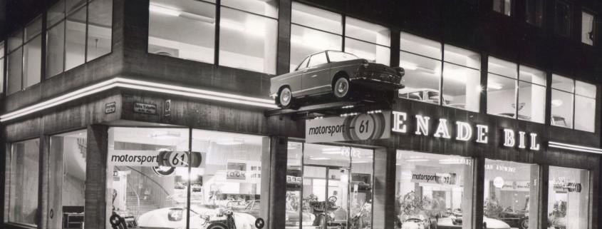 Utsidan av motormässan i Malmö 1961. En upplyst bilaffär.